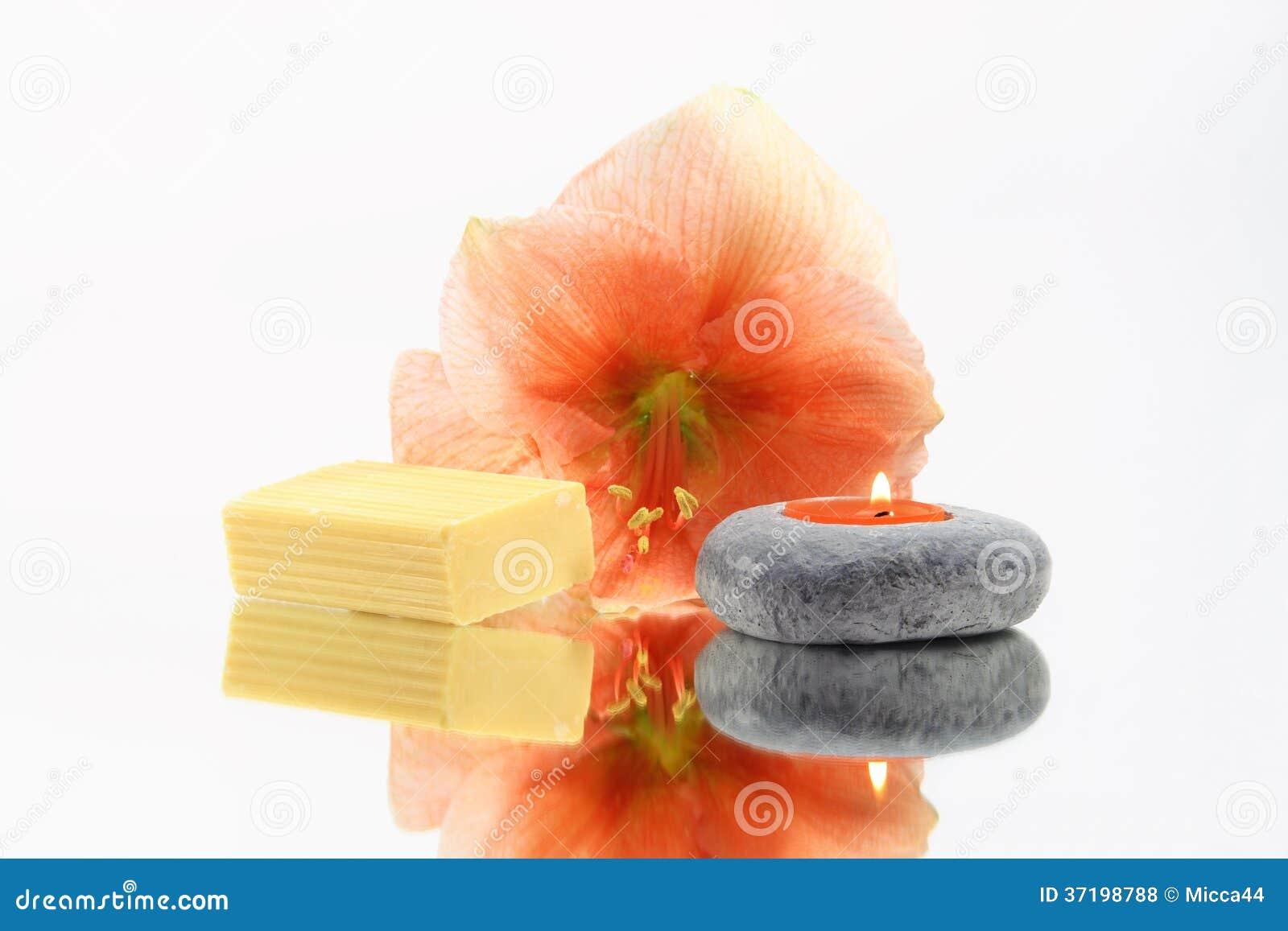 Kwiat, świeczka i mydło,
