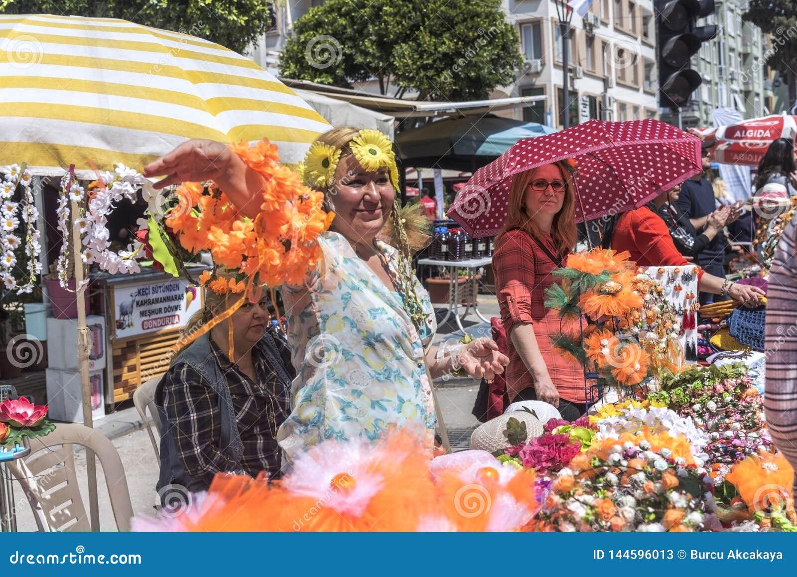 Kwiat korona i pomarańczowe okwitnięć rzemioseł sprzedawcy kobiety w Pomarańczowym okwitnięcie karnawale Miasto Adana prowincja w