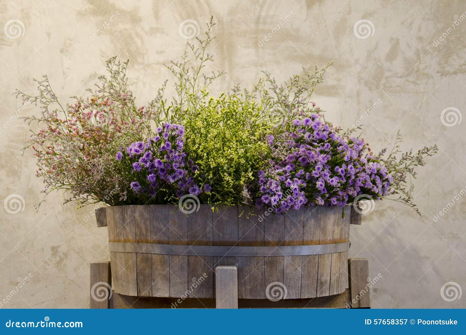 Kwiat na drewnianym garnku