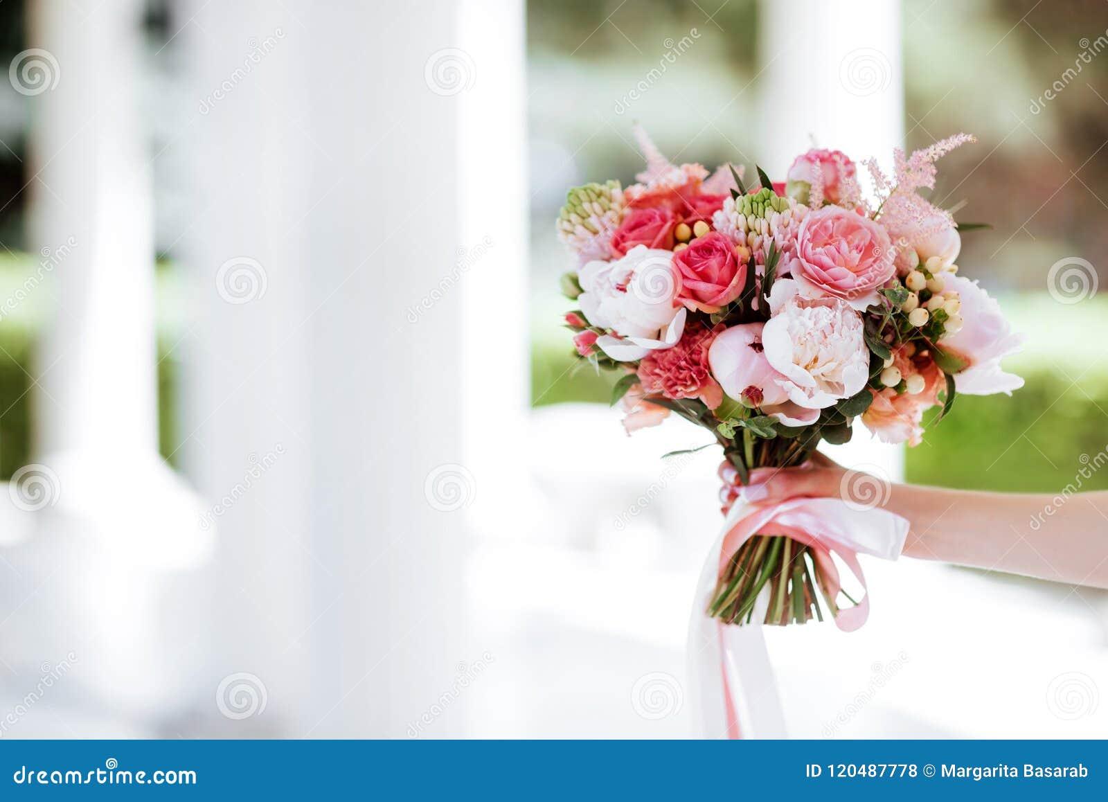 Kwiatu bukiet w kobiety ręce