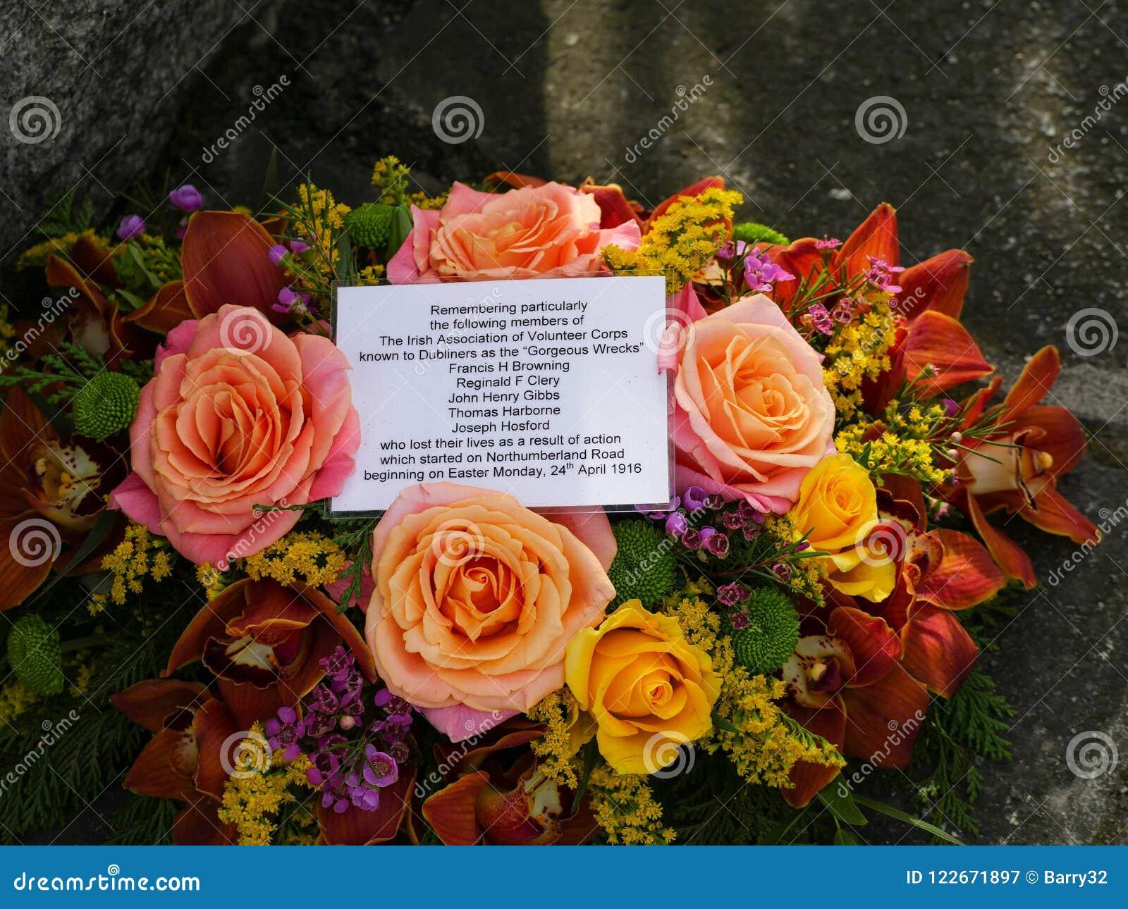 Kwiaty i wiadomość na wielkanoc 1916 pomniku w Dublin, Irlandia
