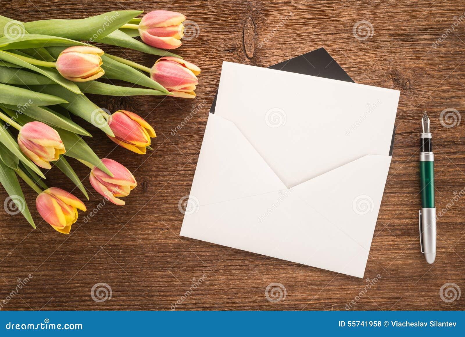 Kwiaty, koperta i pióro,