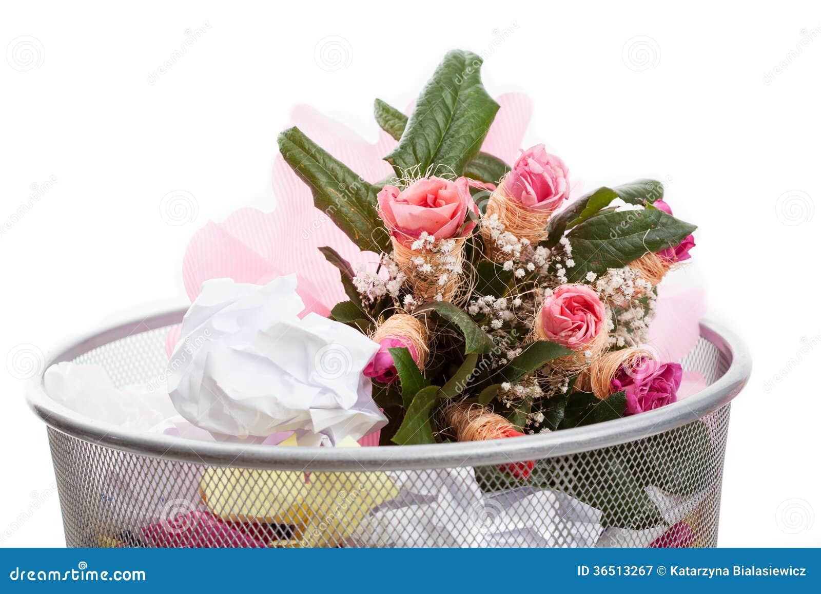 Kwiaty w kosz na śmiecie