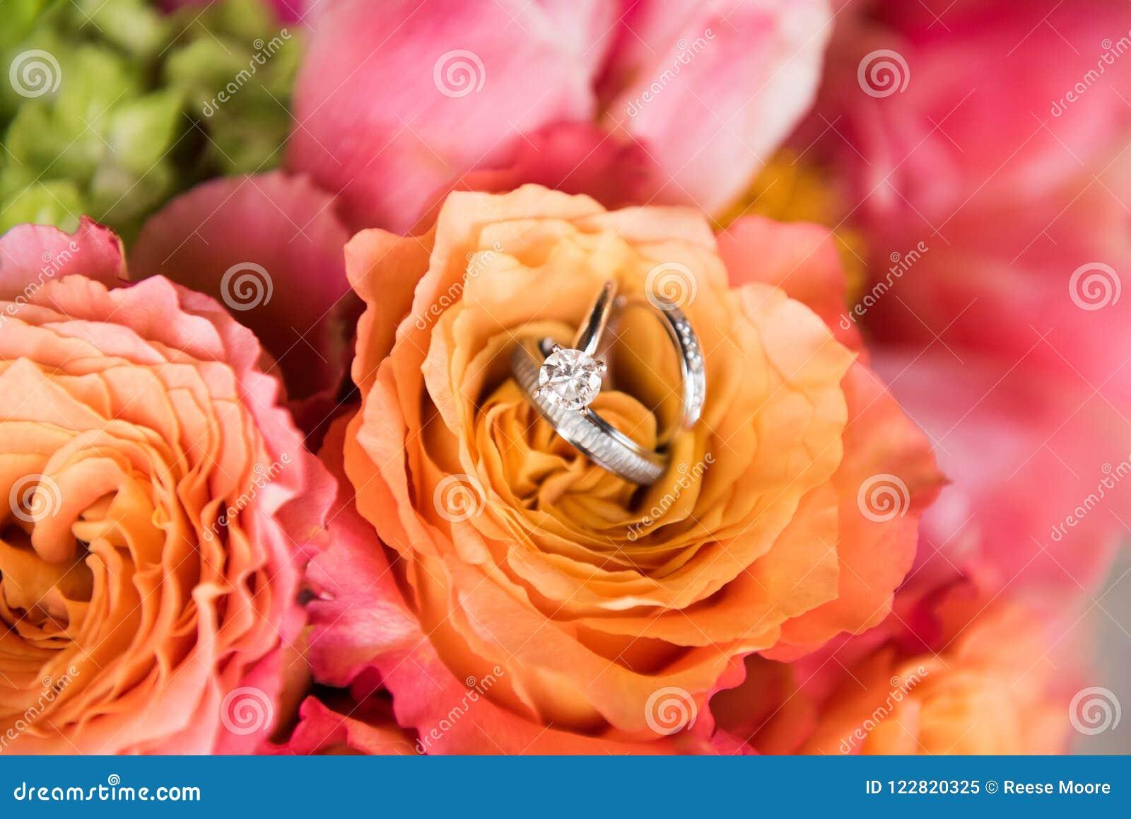 Kwiaty z obrączkami ślubnymi