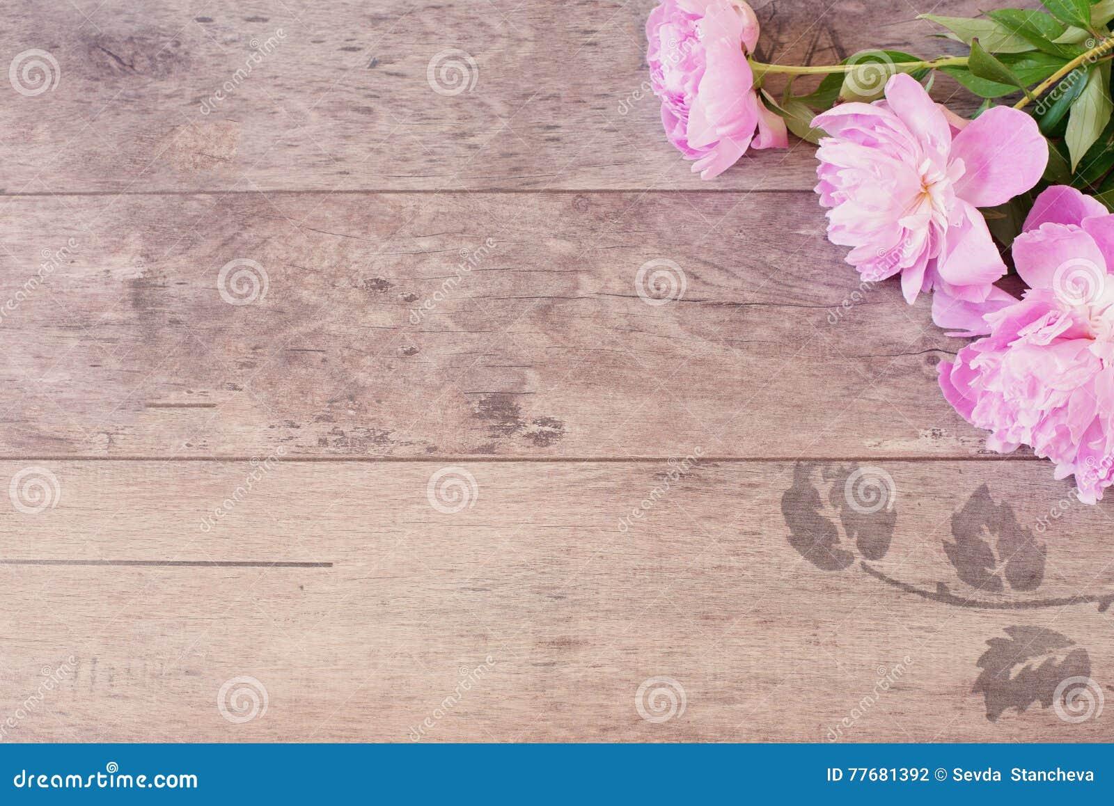 Kwiecista rama z różowymi peoniami na drewnianym tle Projektująca marketingowa fotografia kosmos kopii Poślubiający, prezent kart