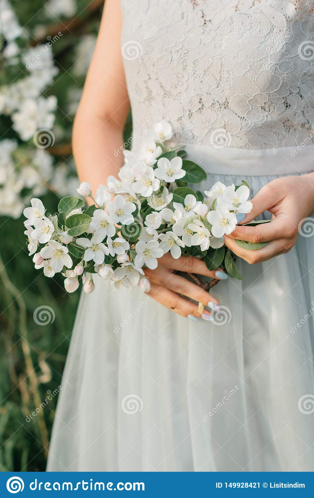 Kwitnąć w Jabłczanego sadu dziewczynie