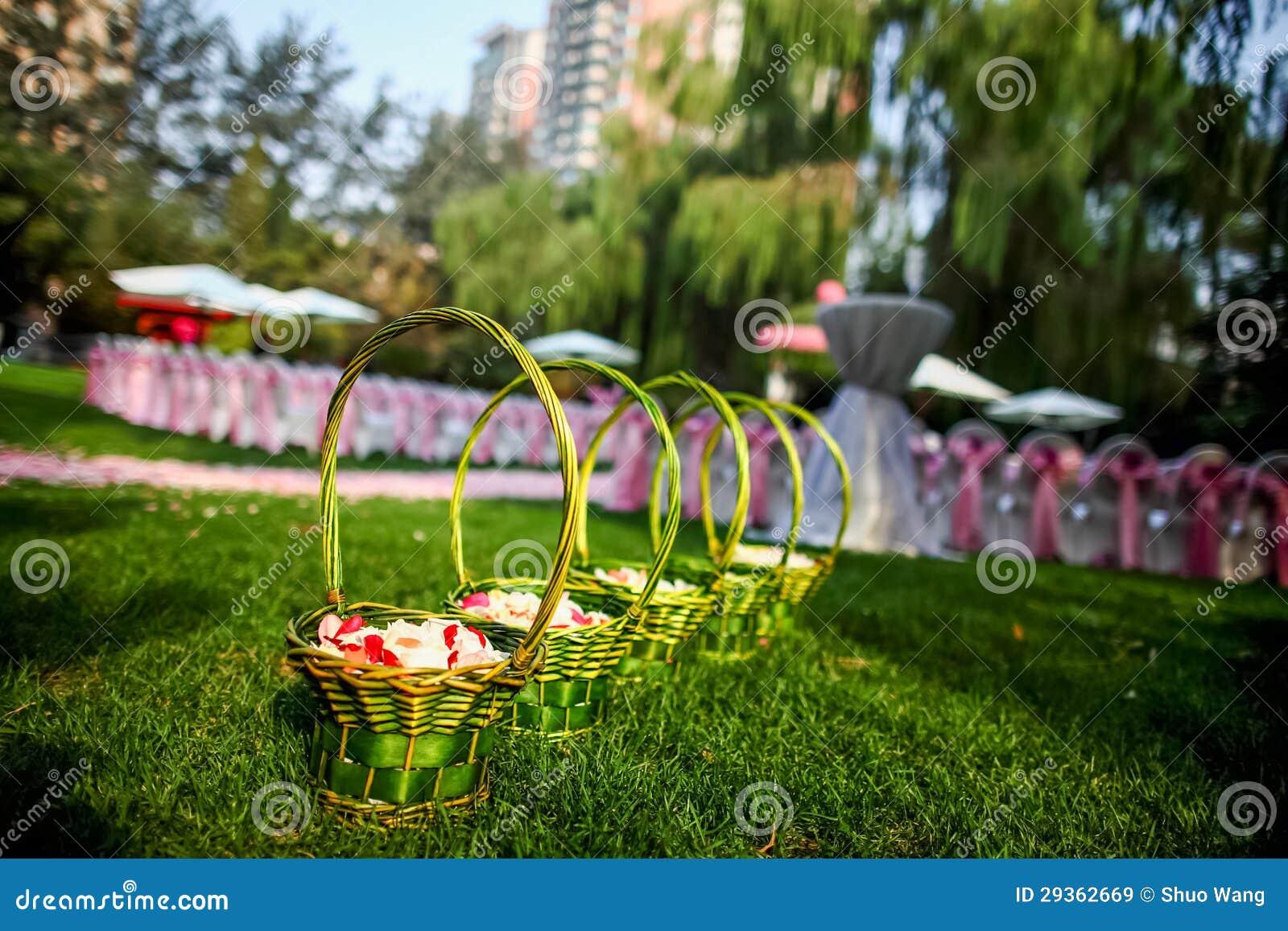 Kwitnie kosz przy ślubem