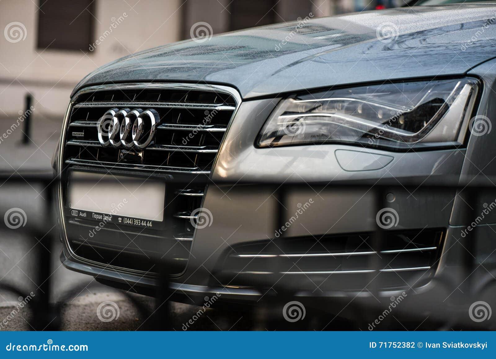Kyiv, Ουκρανία - 10 Απριλίου 2016: Το έμβλημα στα μπροστινά κάγκελα ενός φορείου Audi πολυτέλειας στην οδό πόλεων