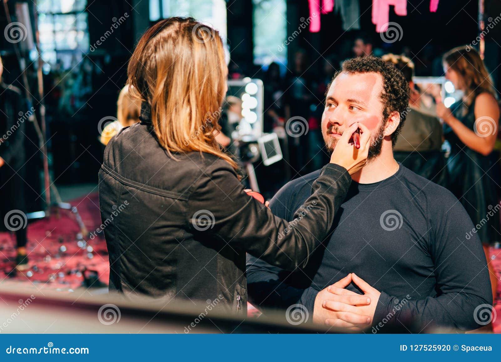 KYIV, ΟΥΚΡΑΝΊΑ - 9 ΣΕΠΤΕΜΒΡΊΟΥ 2018: Ατόμων makeup σε κωμικό Con Ukra