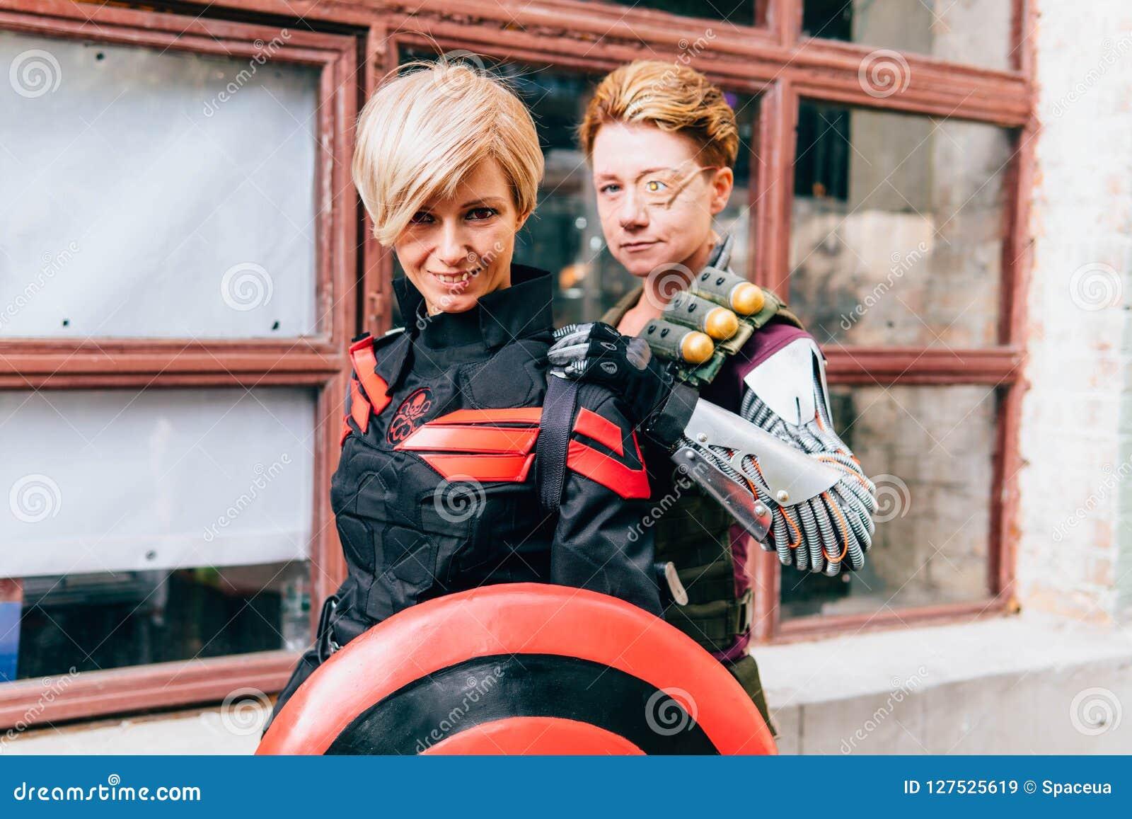 KYIV, ΟΥΚΡΑΝΊΑ - 9 ΣΕΠΤΕΜΒΡΊΟΥ 2018: Τοποθέτηση Cosplayers στο κωμικό κοβάλτιο