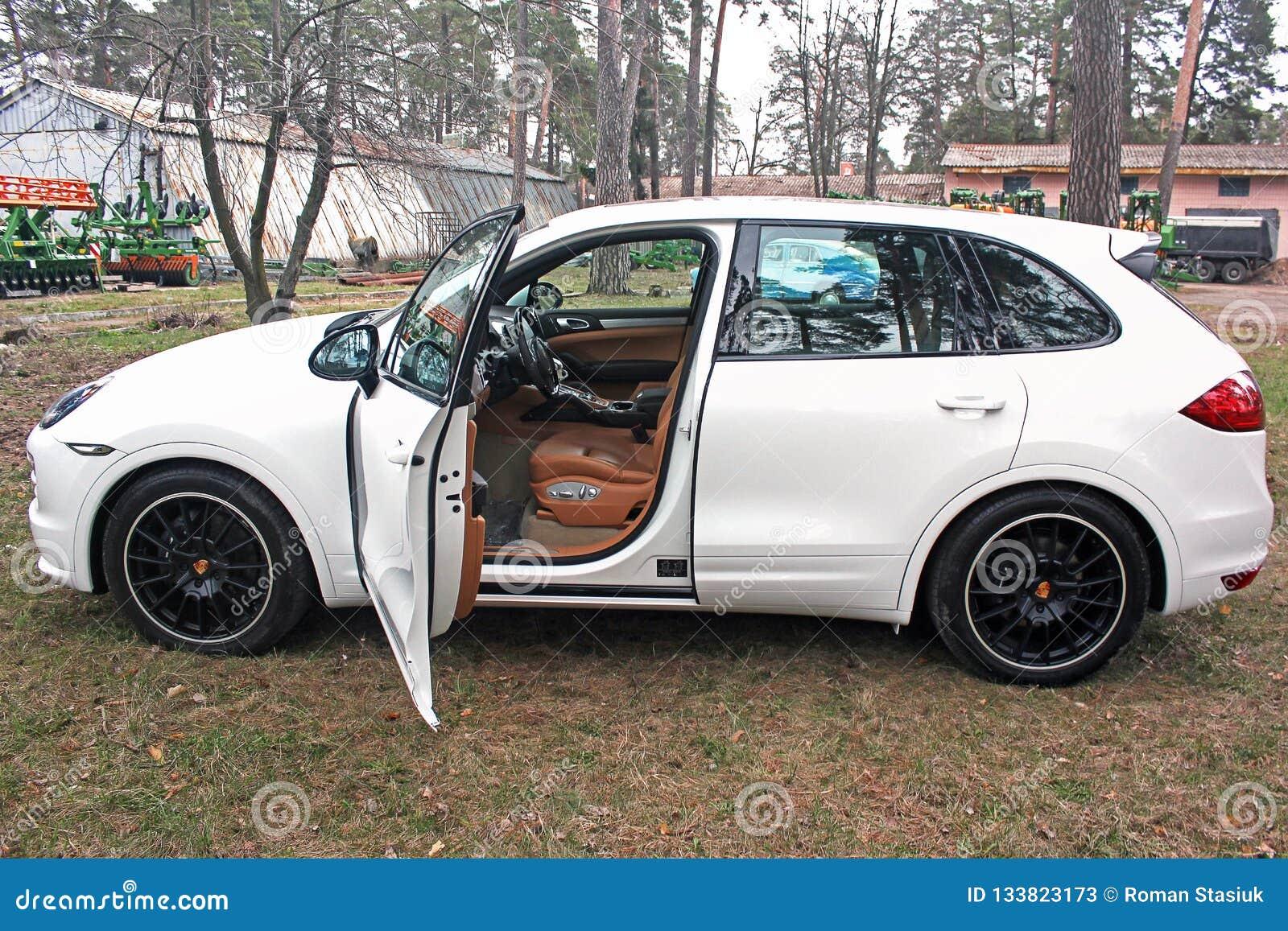 Kyiv, Ουκρανία, στις 4 Απριλίου 2015: Η λευκιά Porsche Cayenne