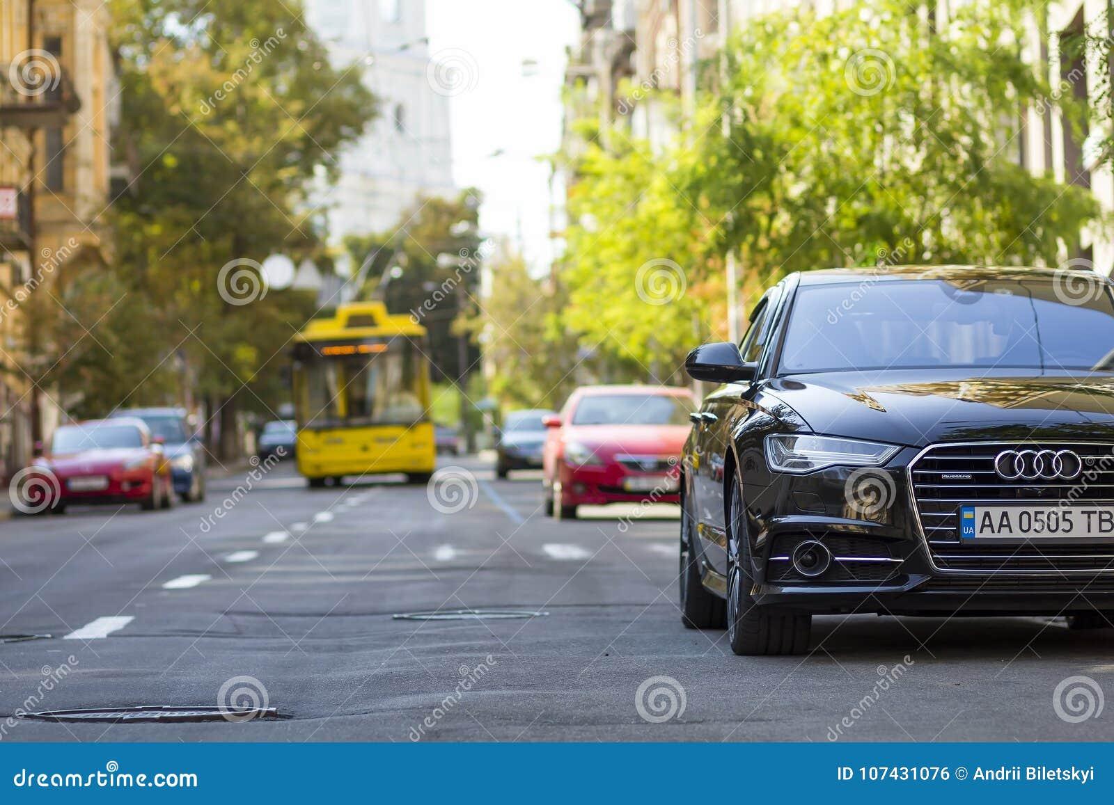 Kyiv, Украина - 12-ое ноября 2017: Современный новый автомобиль на стороне