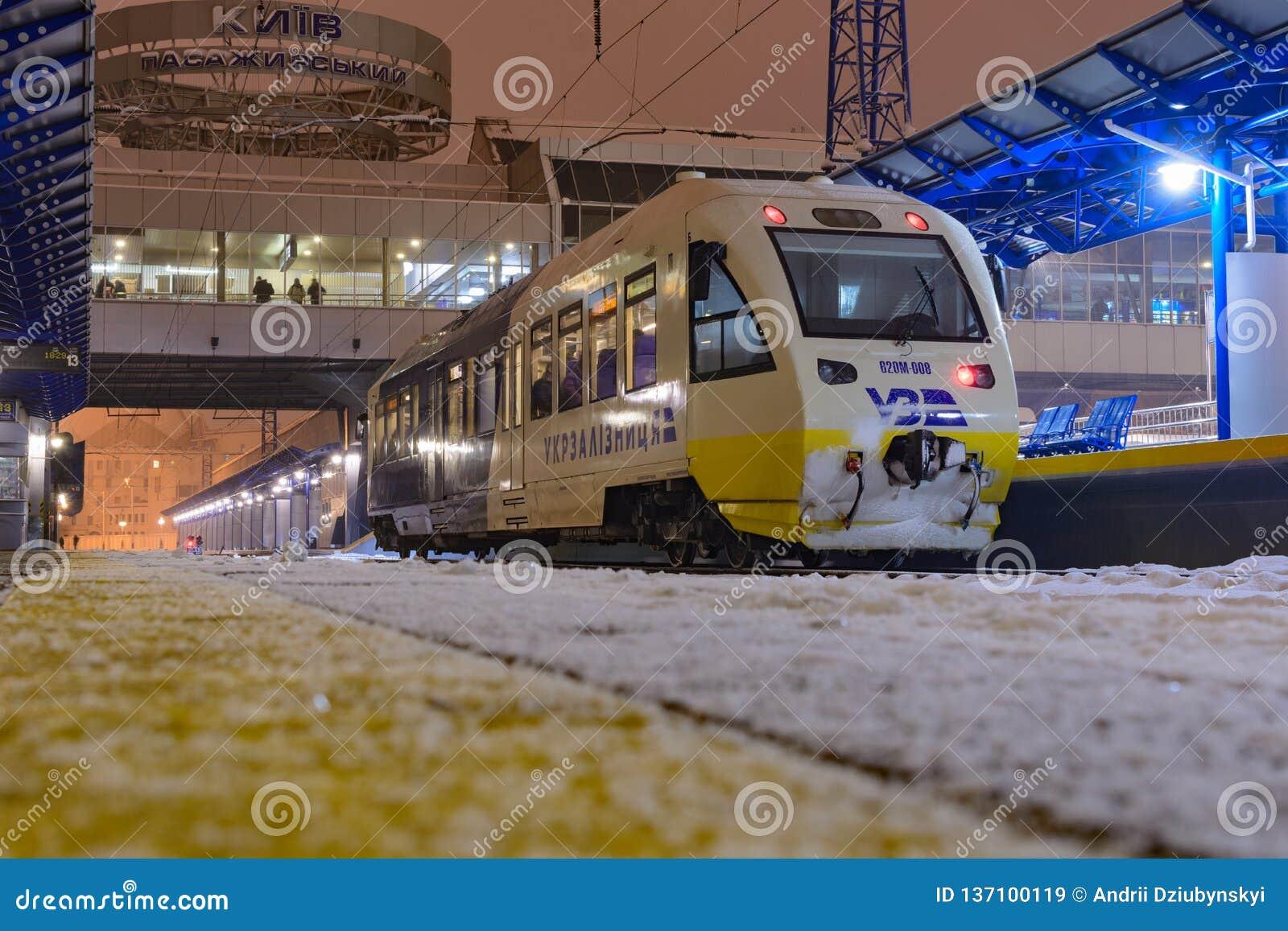 Kyiv, de Oekraïne - December 14, 2018: Vernieuwde railbus Pesa voor de nieuwe route van Oekraïense Spoorwegen - kyiv-Boryspil