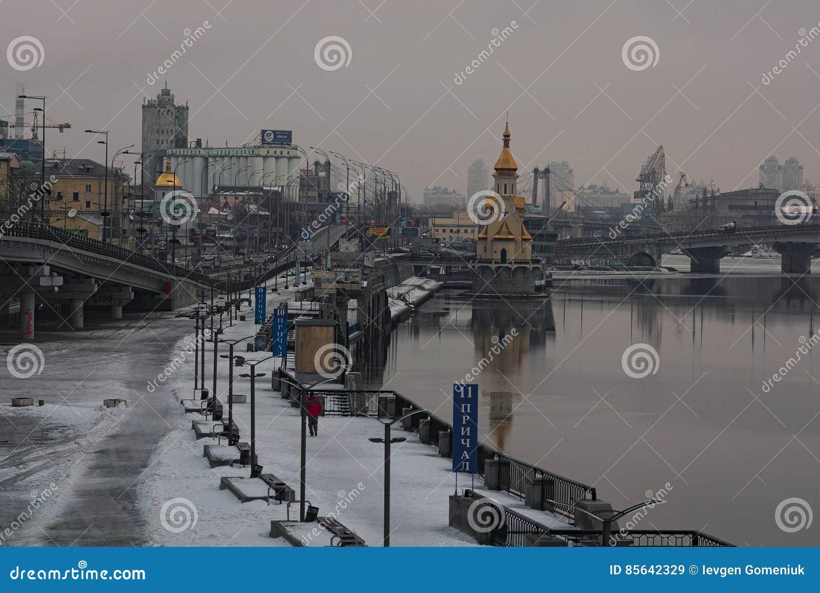 KYIV, de OEKRAÏNE 22 Januari 2017: Ochtendmening aan de dijk dichtbij de rivierhaven Het landschap van de stad De winter