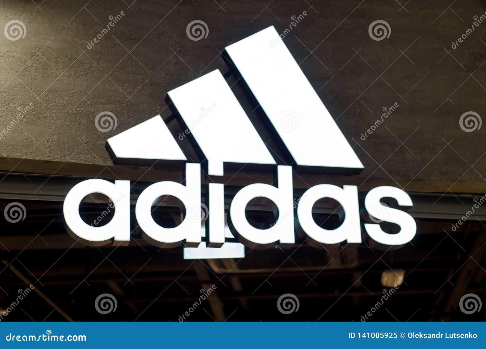Kyiv, de Oekraïne - Mei 04, 2018: Het teken en het embleem van Adidas Adidas is een Duits multinationaal bedrijf dat ontwerpen en