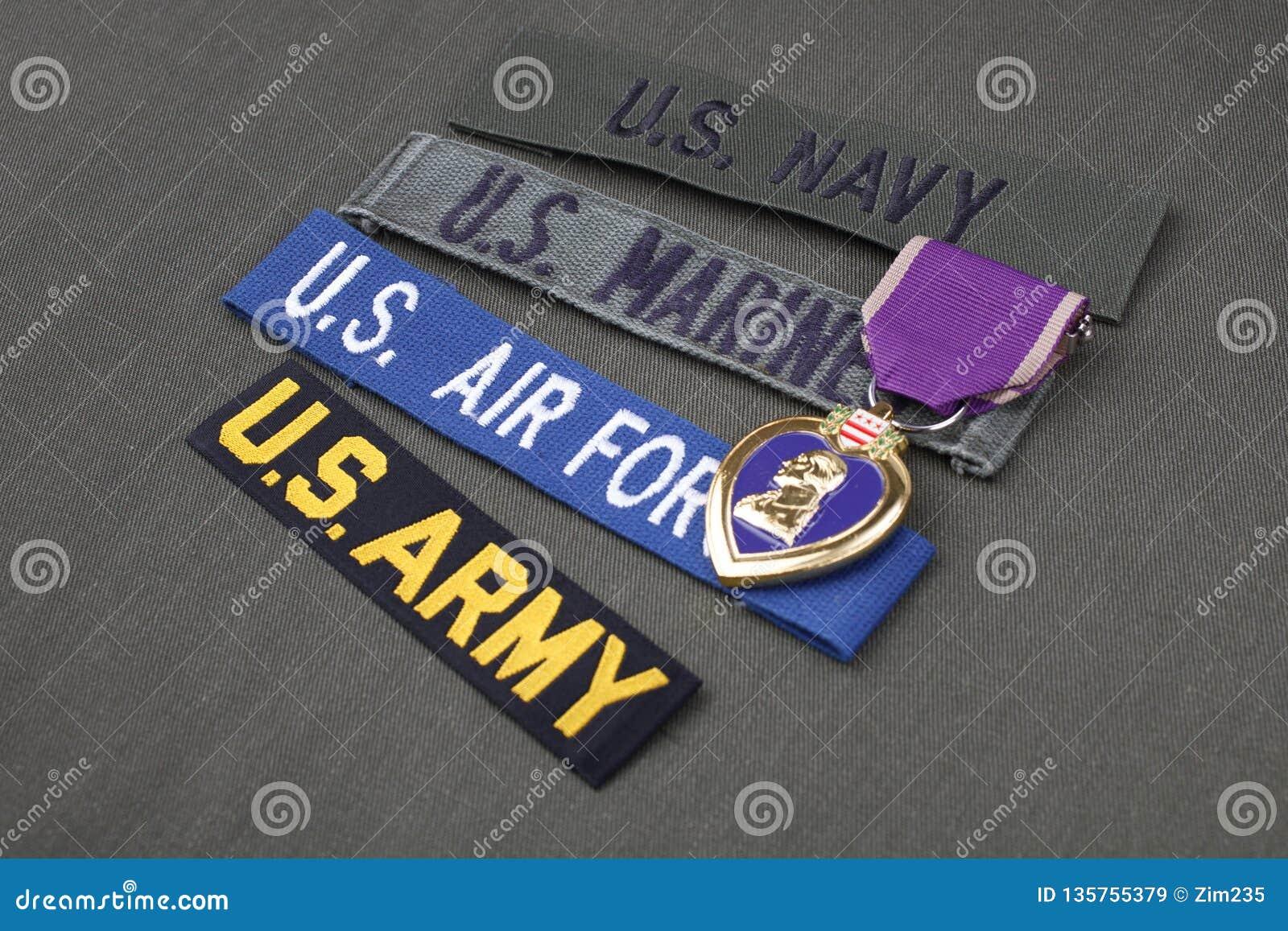 KYIV, de OEKRAÏNE - Nov. 11, 2017 Militair de veteraanconcept van de V.S. met Purple Heart-toekenning op groene eenvormig