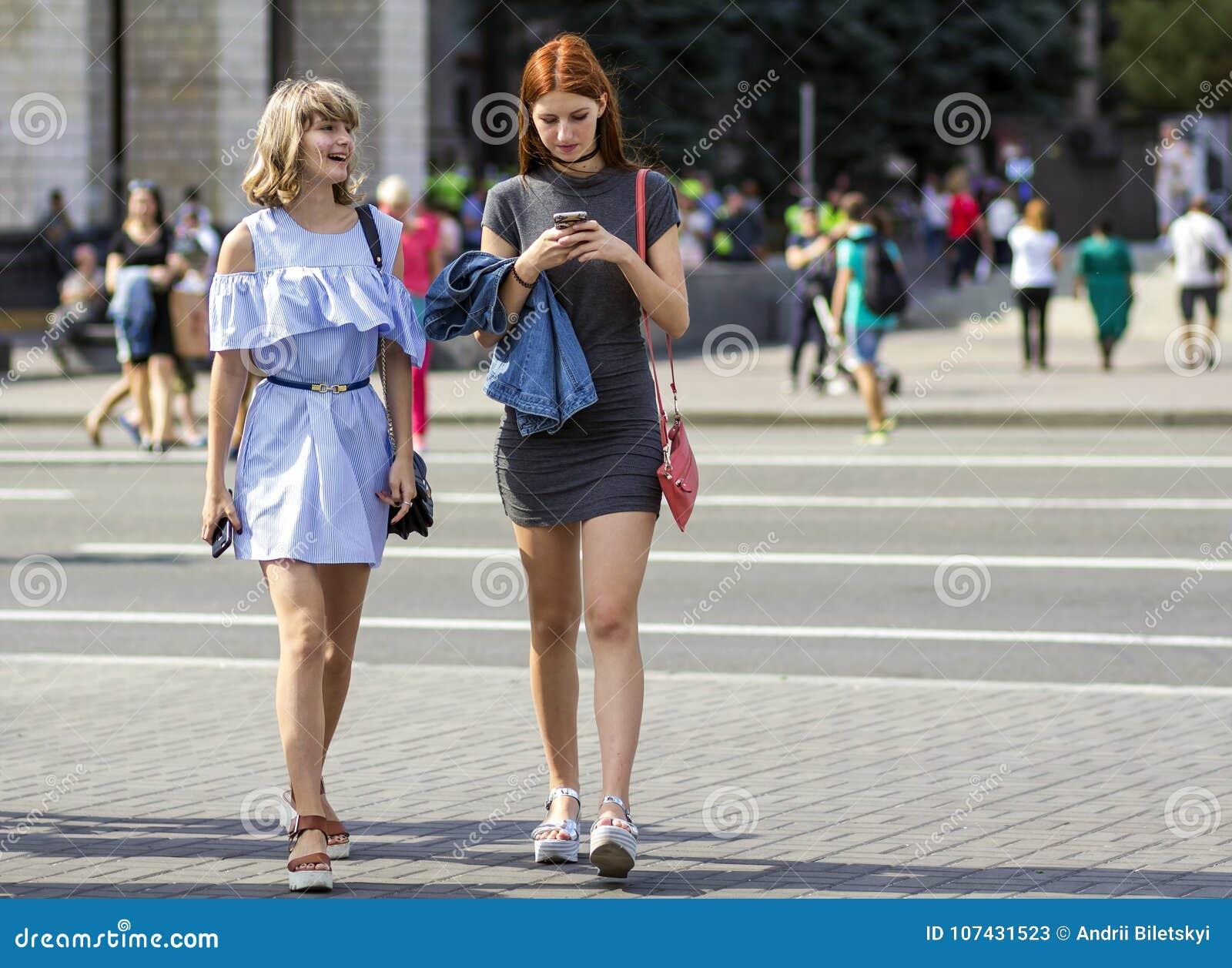 Kyiv, de Oekraïne - November 14, 2017: Twee het gelukkige jonge meisjes lopen