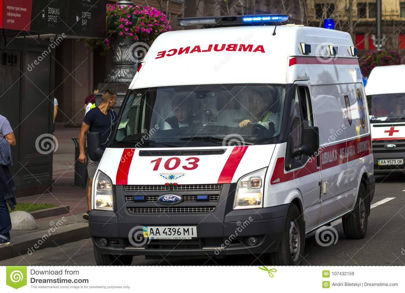 Kyiv, de Oekraïne - November 14, 2017: Ziekenwagenbestelwagen op de straat o