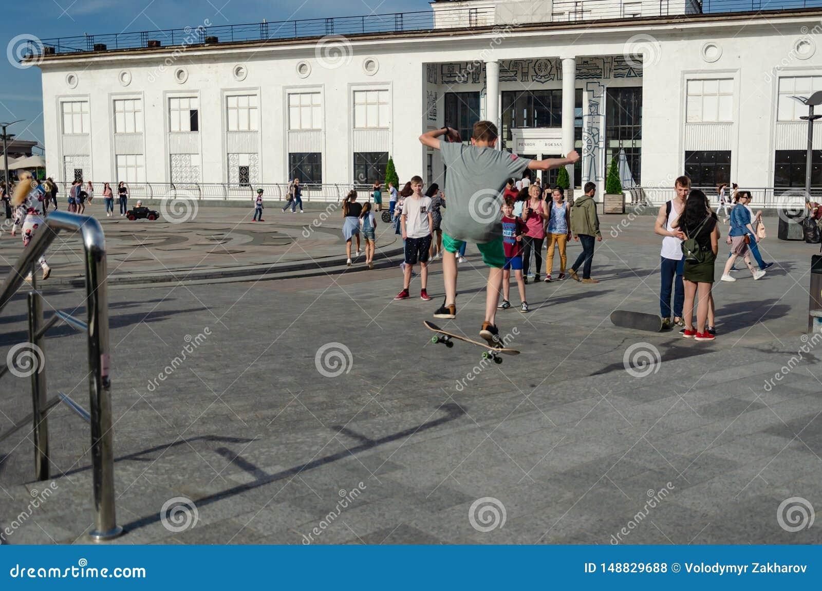 Kyiv, de Oekra?ne - Mei 18, 2019 Poshtovavierkant Tiener skateboarder het praktizeren trucs