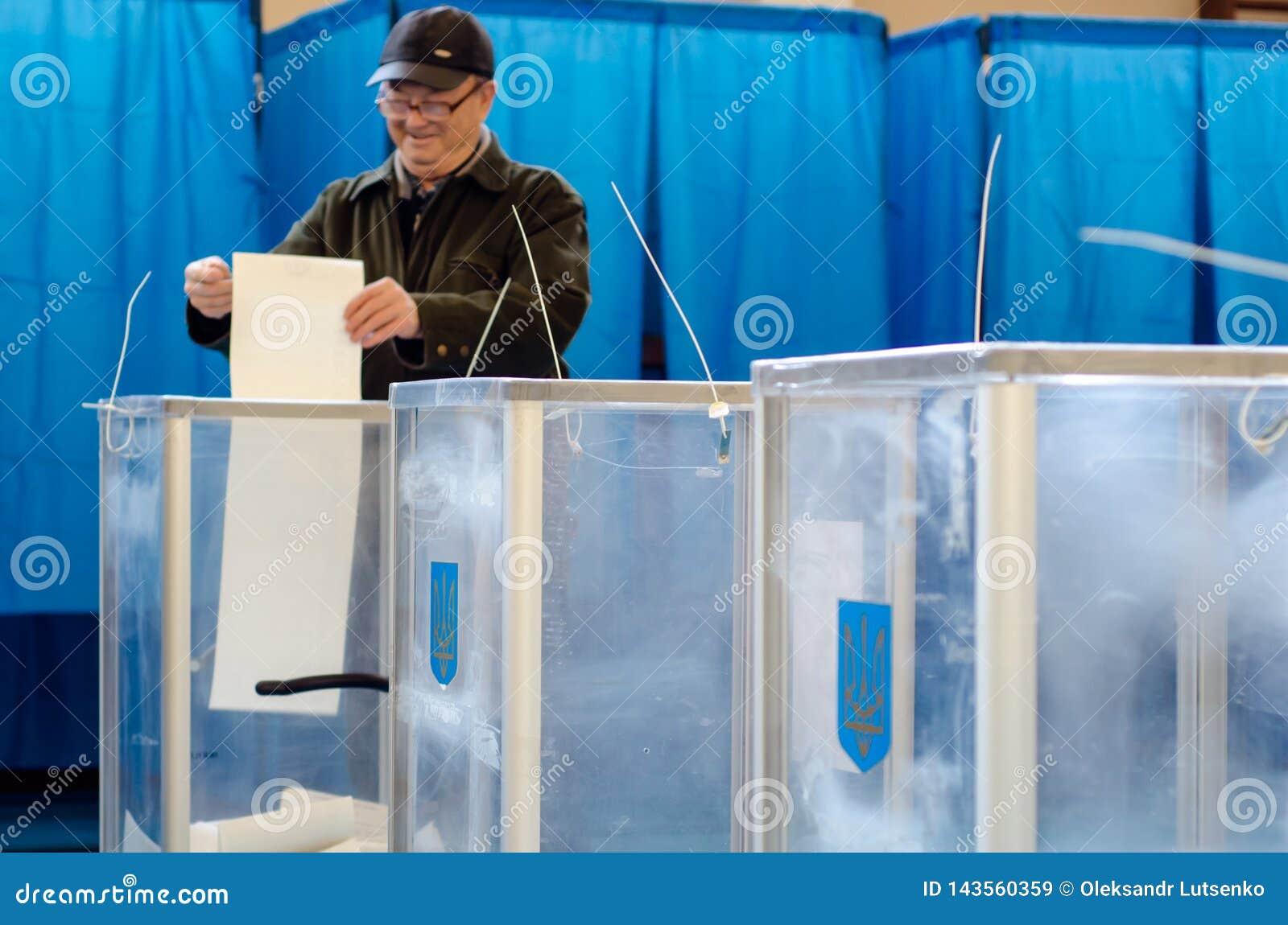 Kyiv, Ucrânia - 31 de março de 2019: 2019 pessoas votam na eleição presidencial ucraniana