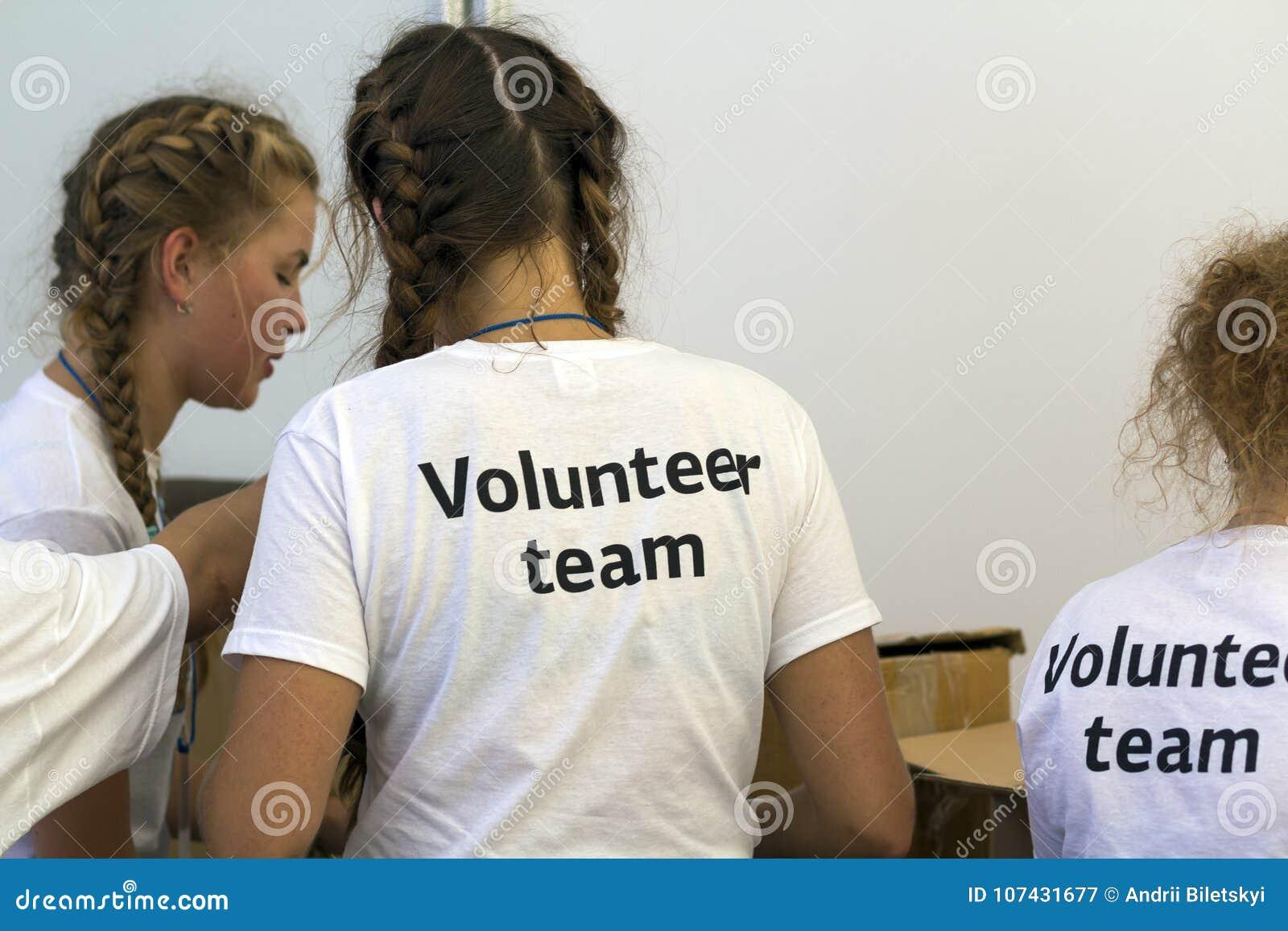 Kyiv, Ucrânia - 14 de novembro de 2017: Membros da equipe voluntária dentro