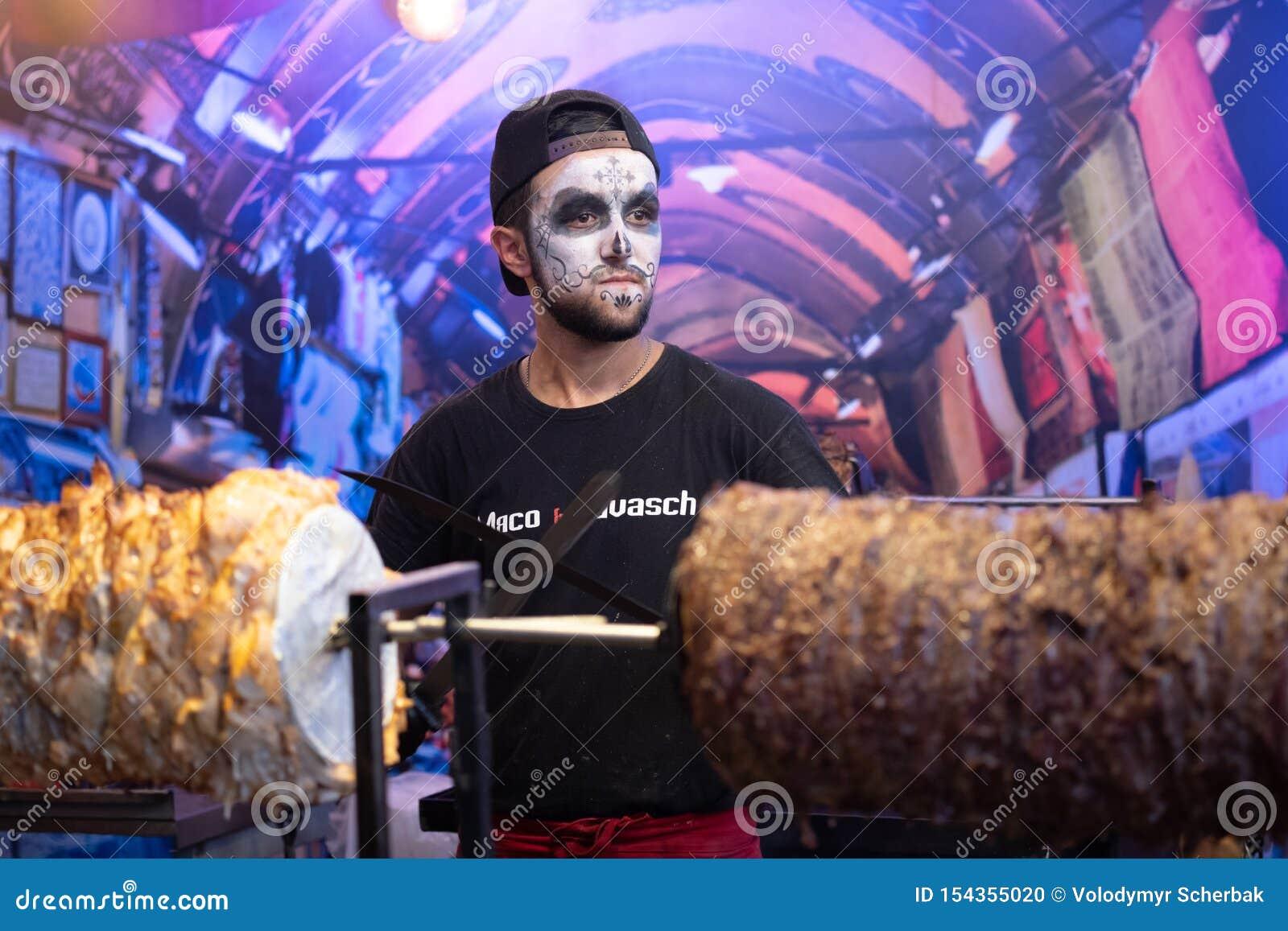 Kyiv, Ucrânia, Santa Muerte Carnival, 20 07 2019 Dia de Los Muertos, dia dos mortos Halloween Homem na composi??o