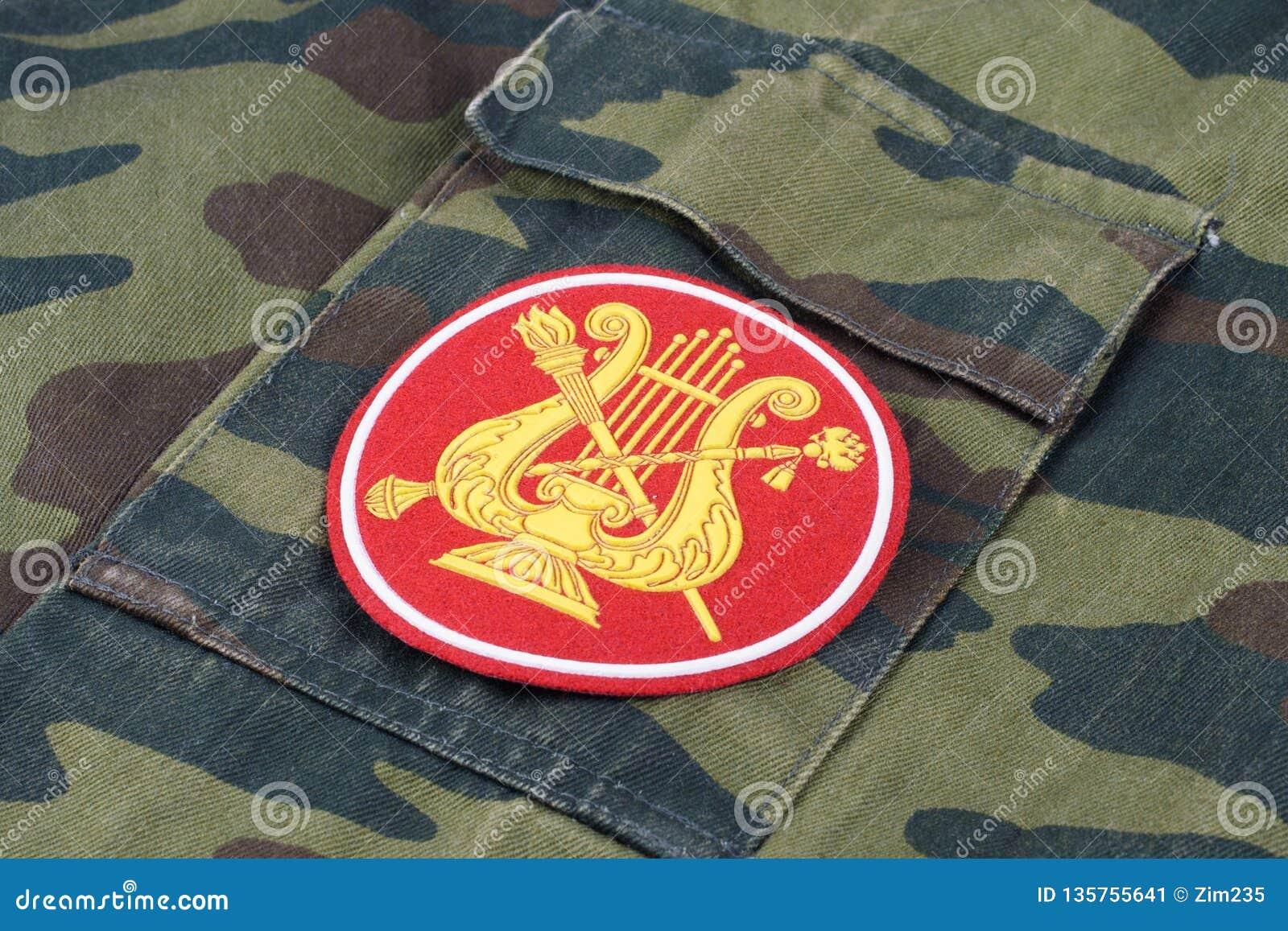 KYIV, UCRÂNIA - fevereiro 25, 2017 Serviço da faixa militar do exército do russo das forças armadas do uniforme de Rússia