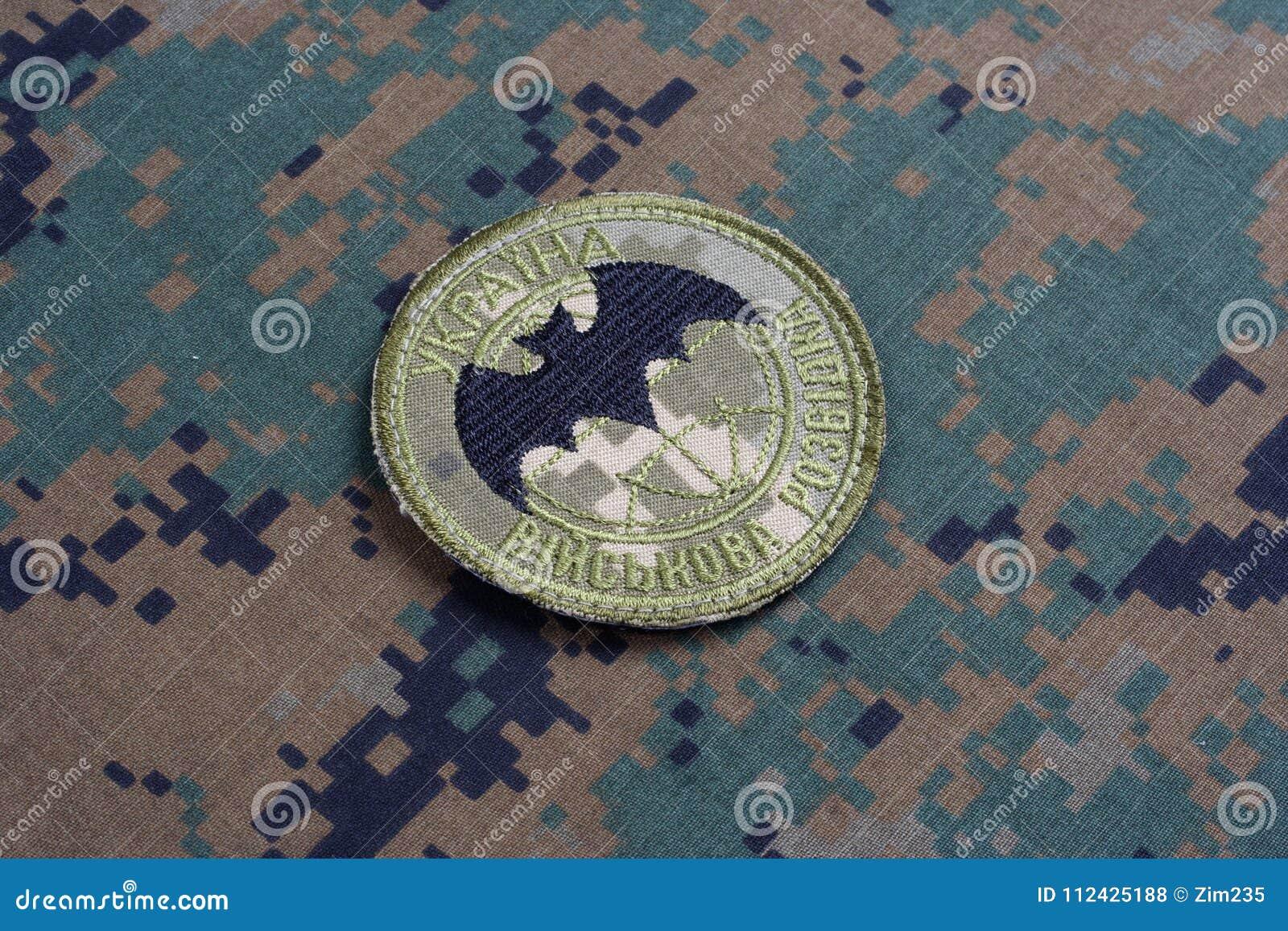 KYIV, UCRÂNIA - julho, 16, 2015 Crachá do uniforme da inteligência militar do ` s de Ucrânia