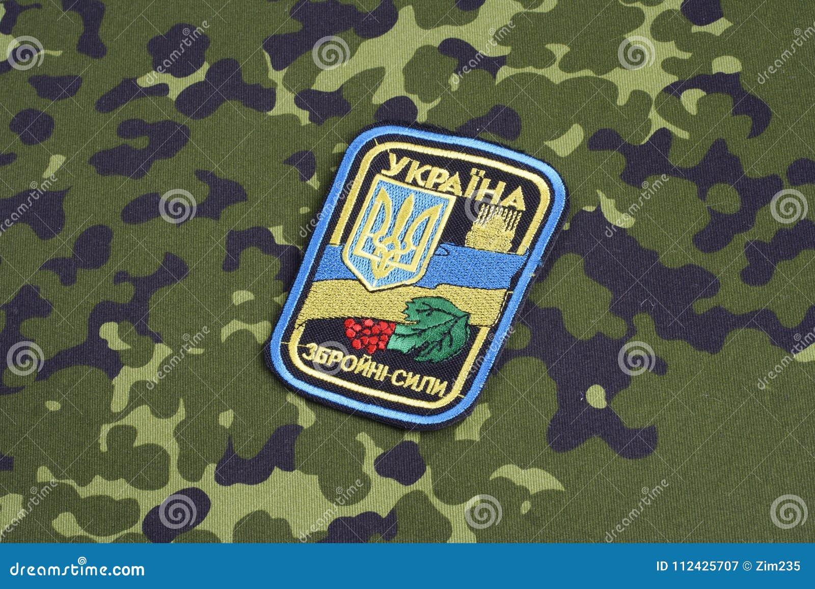 KYIV, UCRÂNIA - julho, 16, 2015 Crachá do uniforme do exército de Ucrânia
