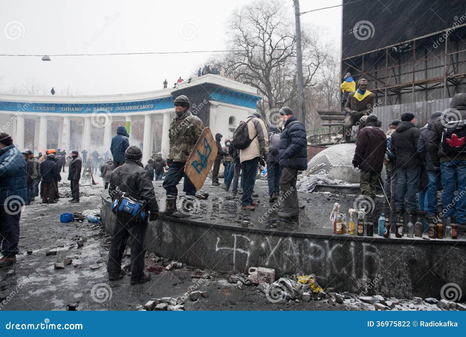 KYIV, UCRANIA: Activistas del alboroto en la espera uniforme para la lucha con policía en el cuadrado quemado