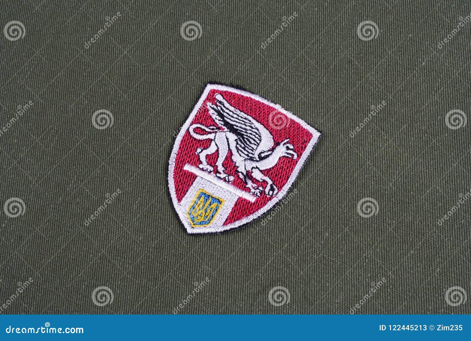 KYIV, UCRANIA - julio, 16, 2015 El ministerio de los asuntos internos (Ucrania) uniforma la insignia