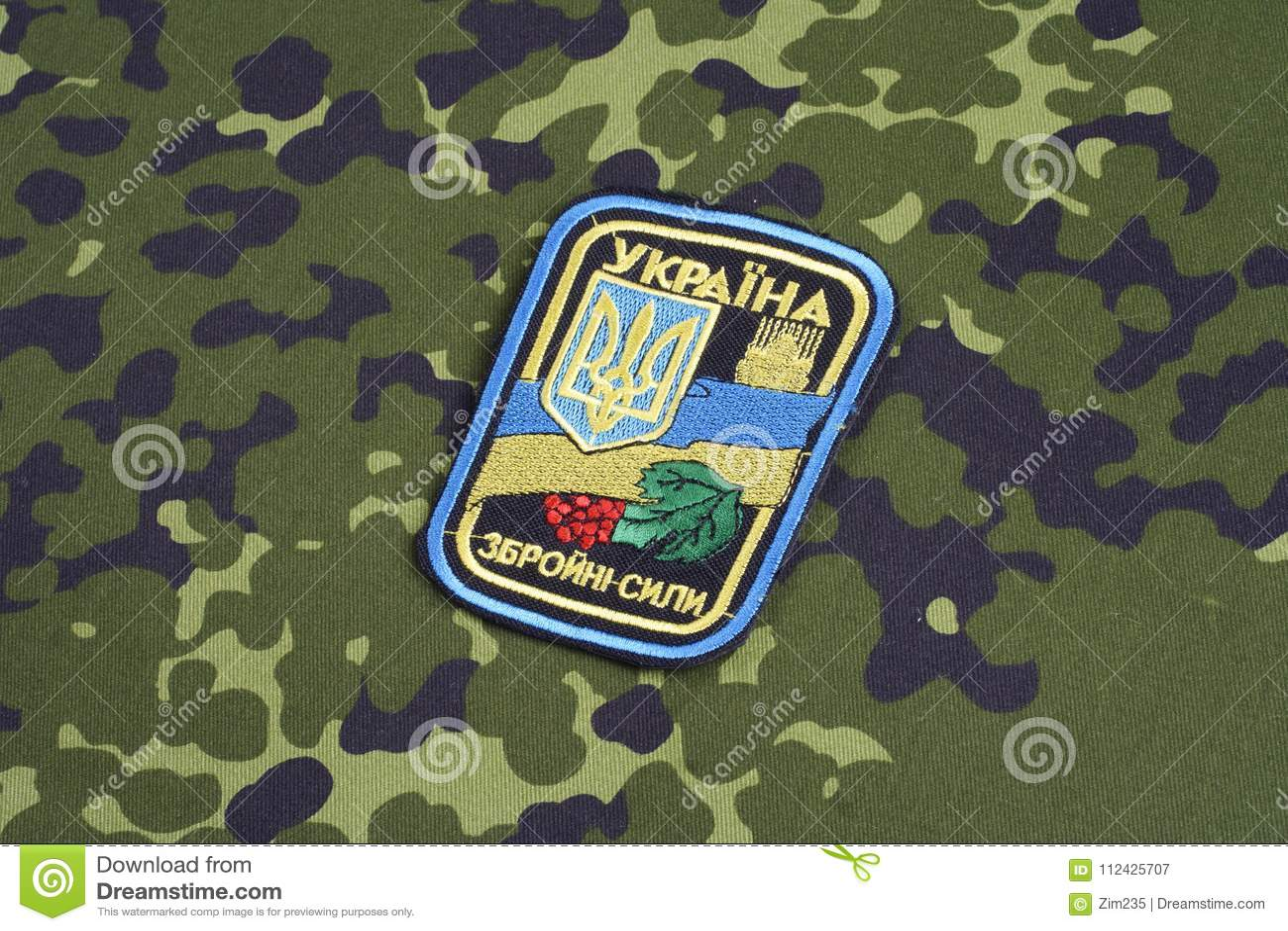KYIV, UCRANIA - julio, 16, 2015 Insignia del uniforme del ejército de Ucrania