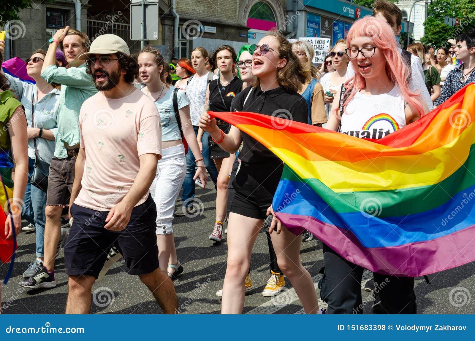 Kyiv Ukraina, Czerwiec, - 23, 2019 Marzec równość LGBT marsz KyivPride homoseksualna parada Dziewczyny niosą wielką tęczy flagę