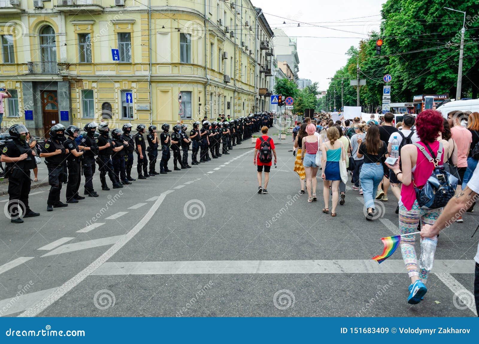 Kyiv Ukraina, Czerwiec, - 23, 2019 Marzec równość LGBT marsz KyivPride homoseksualna parada Rzędy policjantów strażowi maszerując