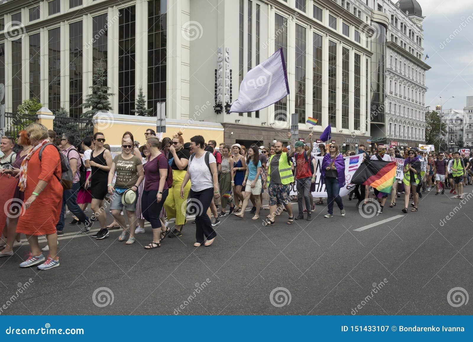Kyiv, Ukraina Czerwiec 23, 2019 Roczna dumy parada LGBT Gay Pride parada z tęcz flagami i kolorami