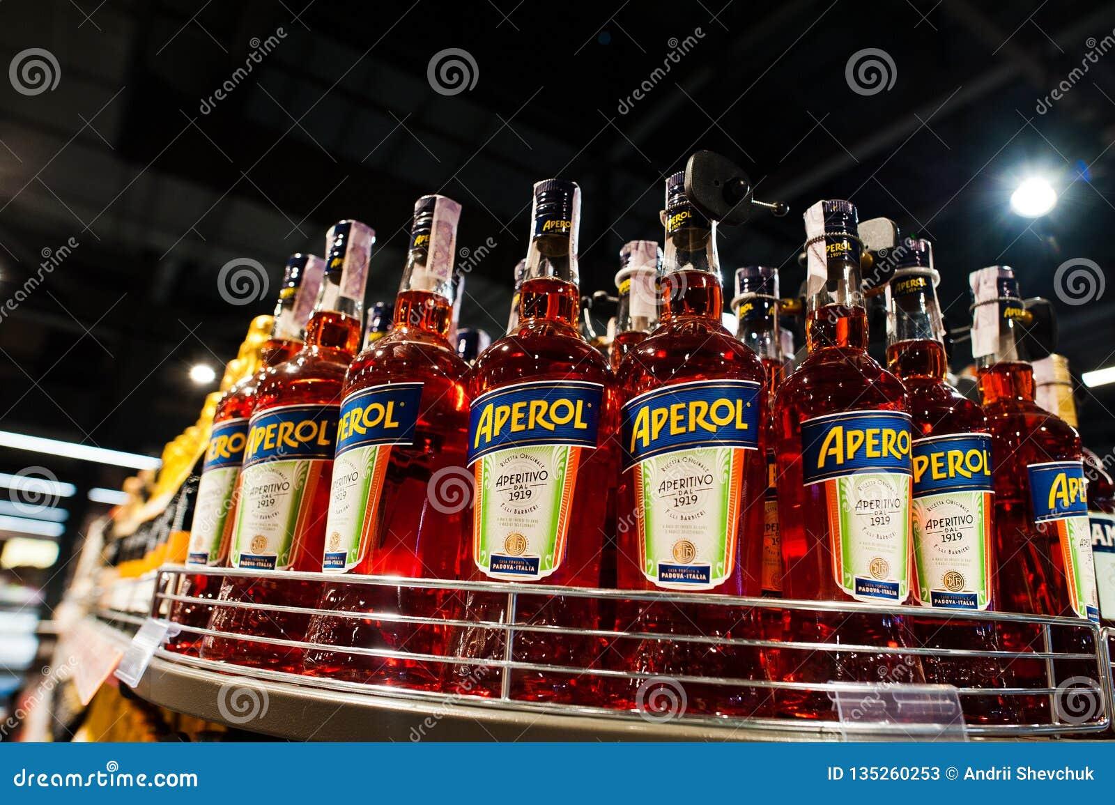 Kyiv Ukraina - December 19, 2018: Flaskor av Aperol på supermarket Aperol är en italiensk aperitif som göras av gentianan, rabarb