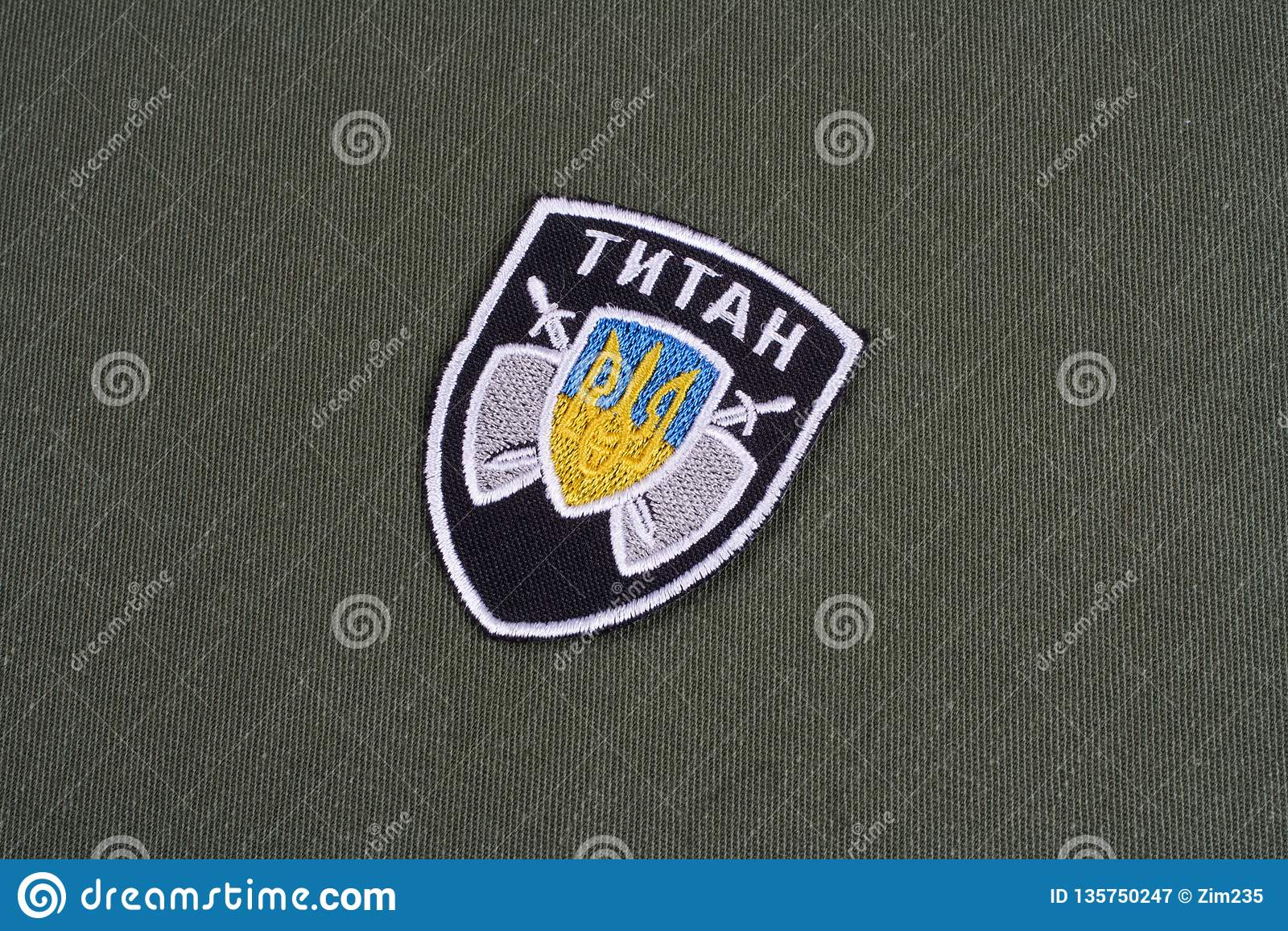KYIV UKRAINA, Lipiec, -, 16, 2015 Ministerstwo tytan jednostki munduru odznaka na camouflaged mundurze sprawy wewnętrzne - (Ukrai