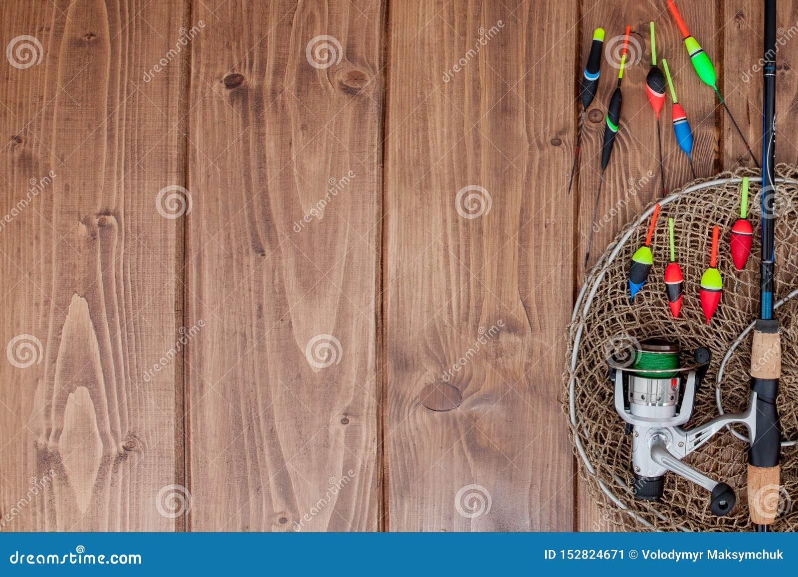 Kyiv Ukraina, Luty, - 22, 2019: Połowu sprzęt - połowu prącia połowu pławik i wabije na pięknym błękitnym drewnianym tle, kopia
