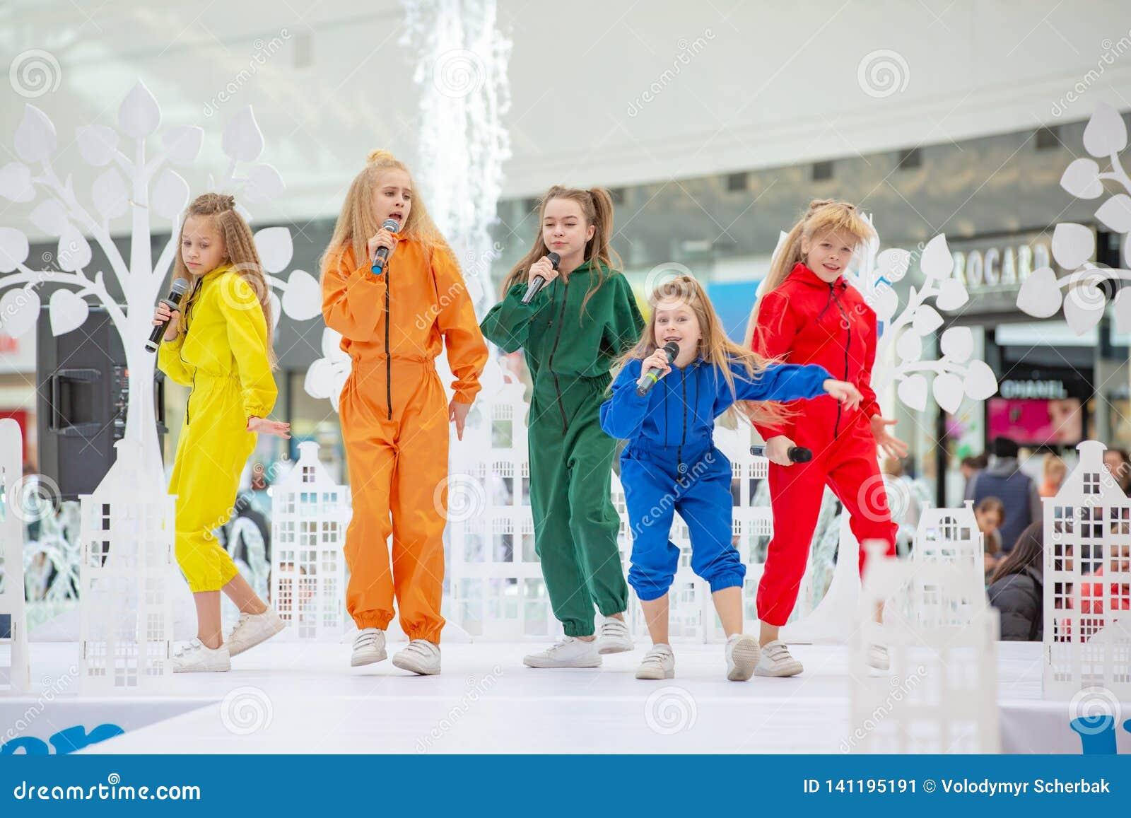 Kyiv Ukraina mars 03 2019 UKFW Ukrainska ungar danar dag En grupp av små flickor som sjunger eller utför på etapp