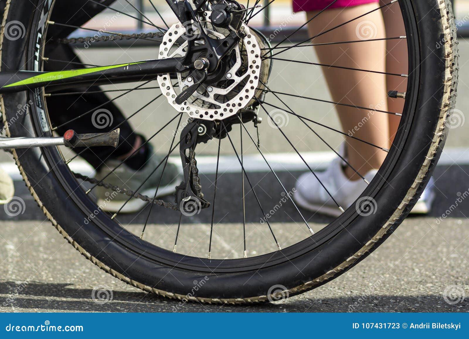 Kyiv Ukraina - November 14, 2017: Närbild av den bakre cykeln whee
