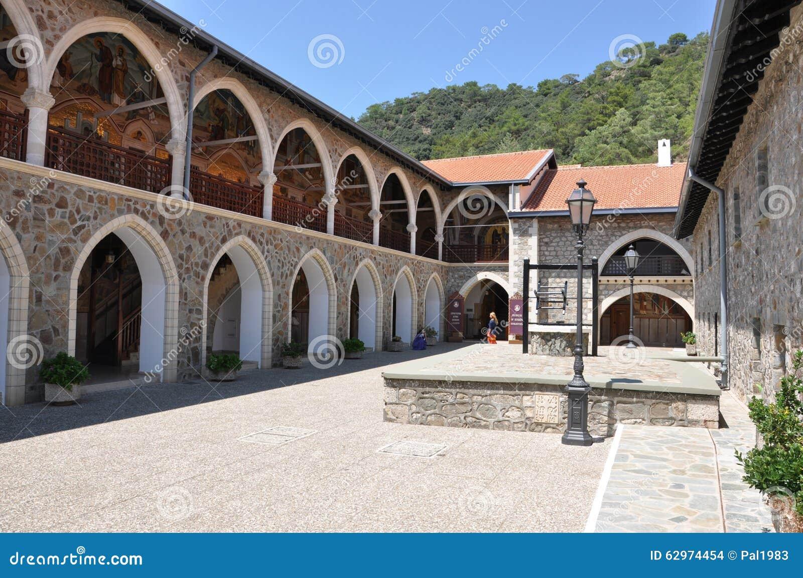 Kykkos monasteru podwórze z well