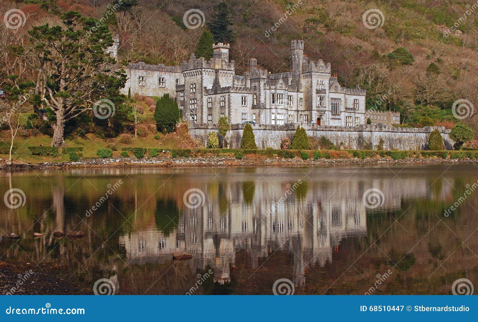 Kylemore城堡在有镇静水反射的爱尔兰