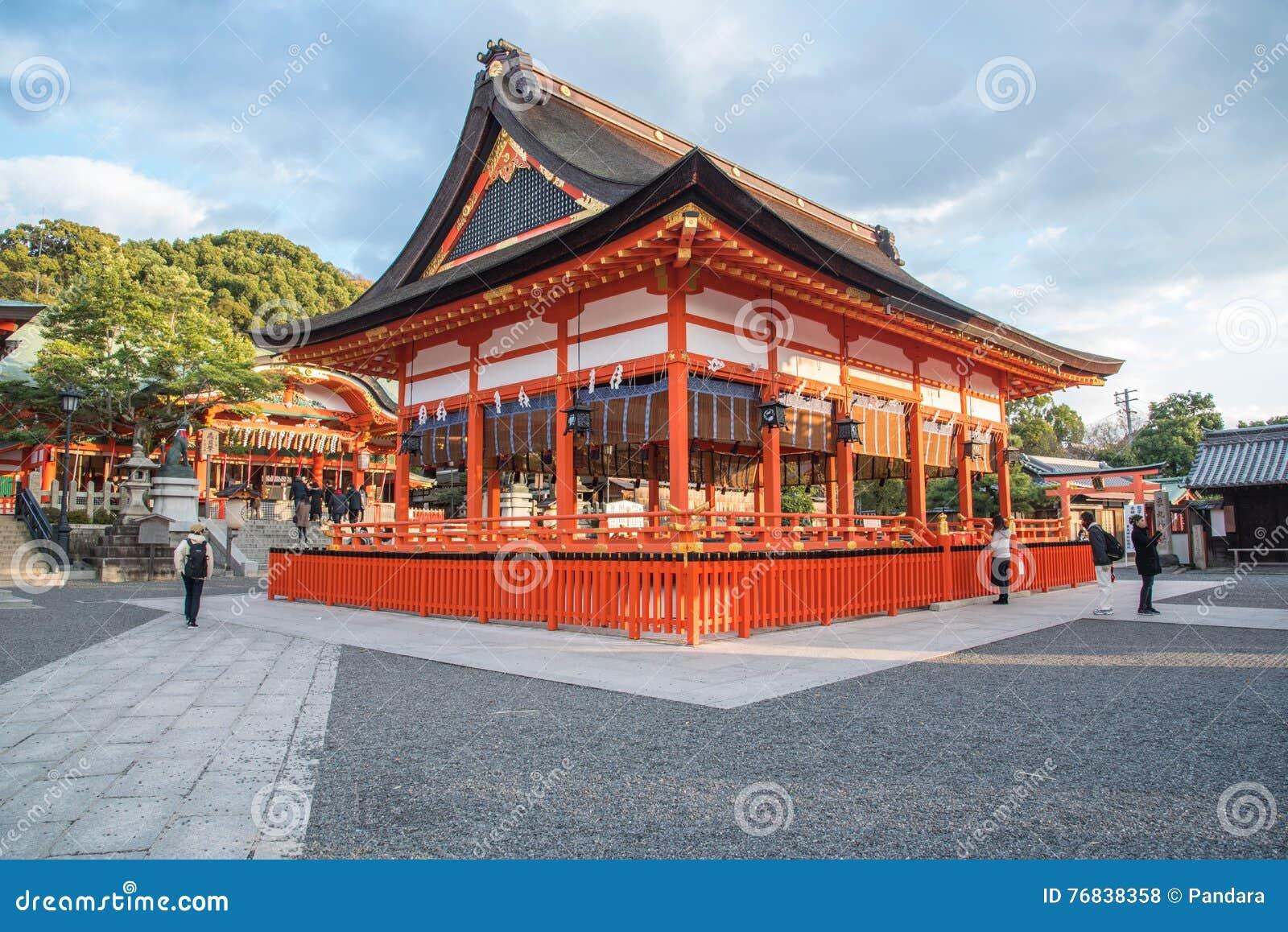 Kyoto, Japão 14 de dezembro de 2015: opinião Tori Gate vermelha em Fushimi