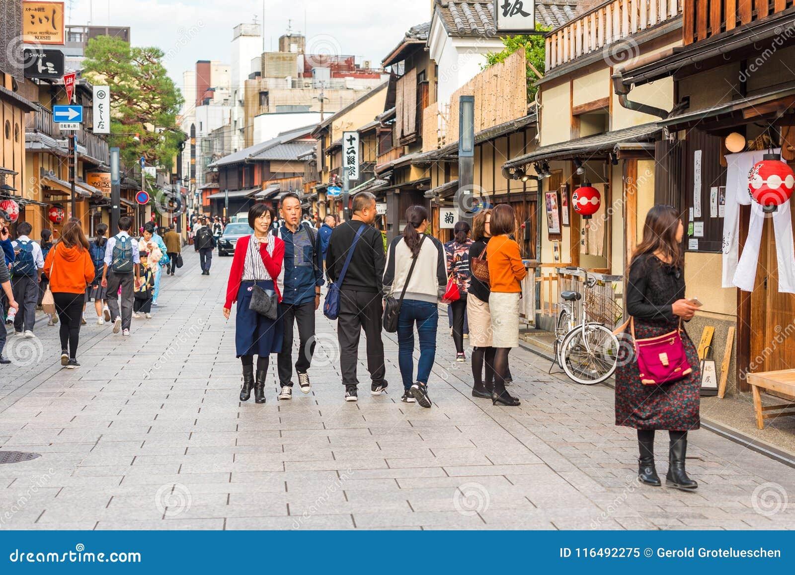 KYOTO, JAPÃO - 7 DE NOVEMBRO DE 2017: Grupos de pessoas em uma rua da cidade Copie o espaço para o texto