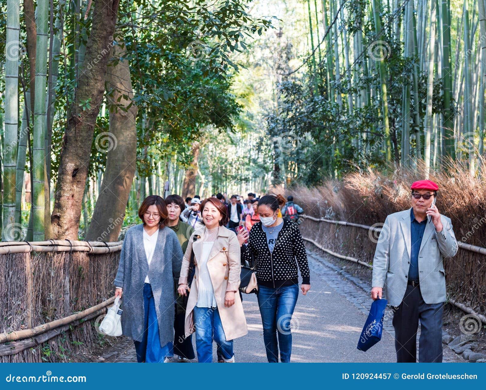 KYOTO, JAPÓN - 7 DE NOVIEMBRE DE 2017: Gente en el camino al bosque de bambú, Arashiyama