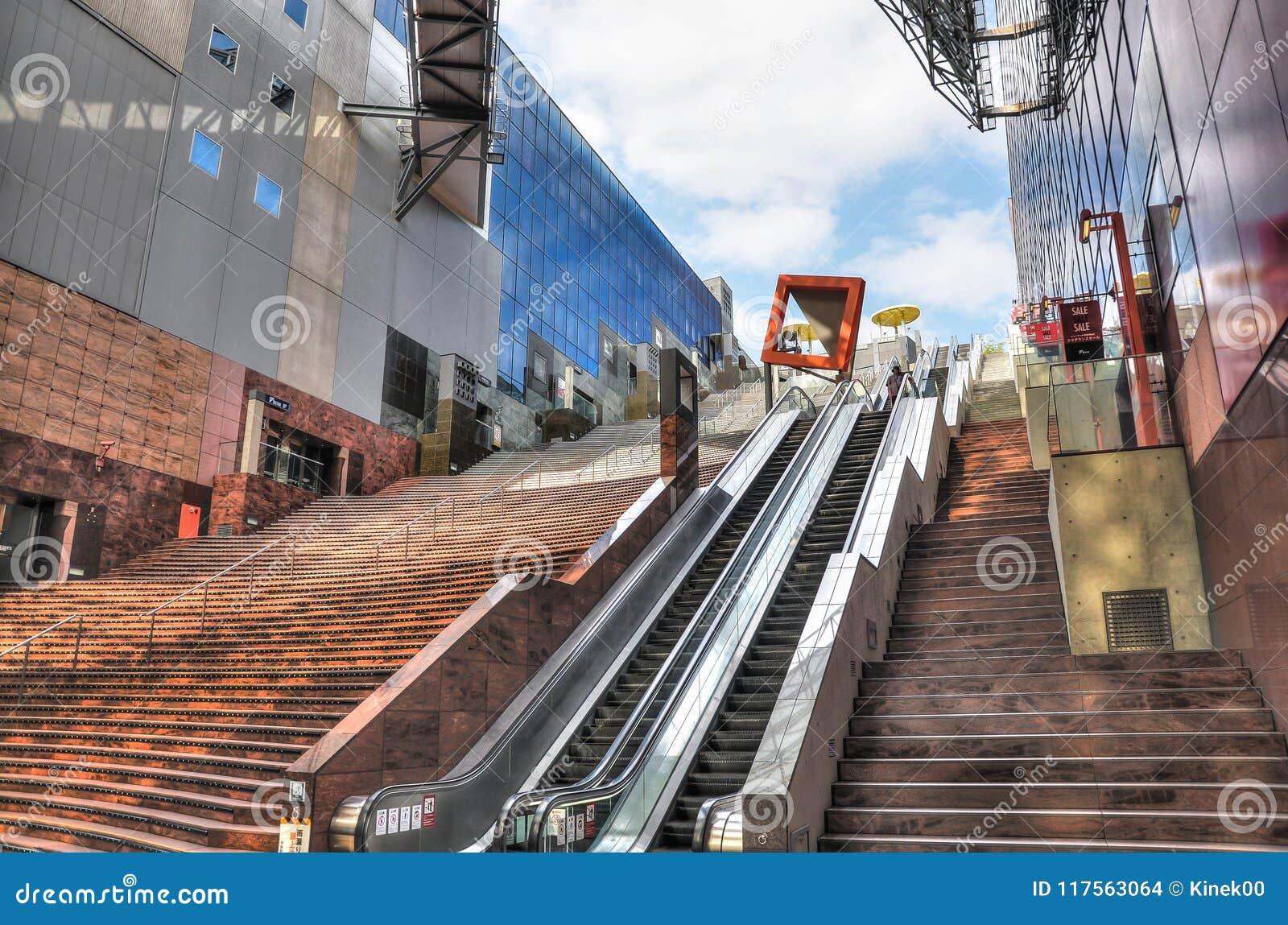 Kyoto, Japan - 24 Juli 2016 Belangrijke station en vervoershub in Kyoto Moderne stijlarchitectuur van Kyoto, hoofdzaal