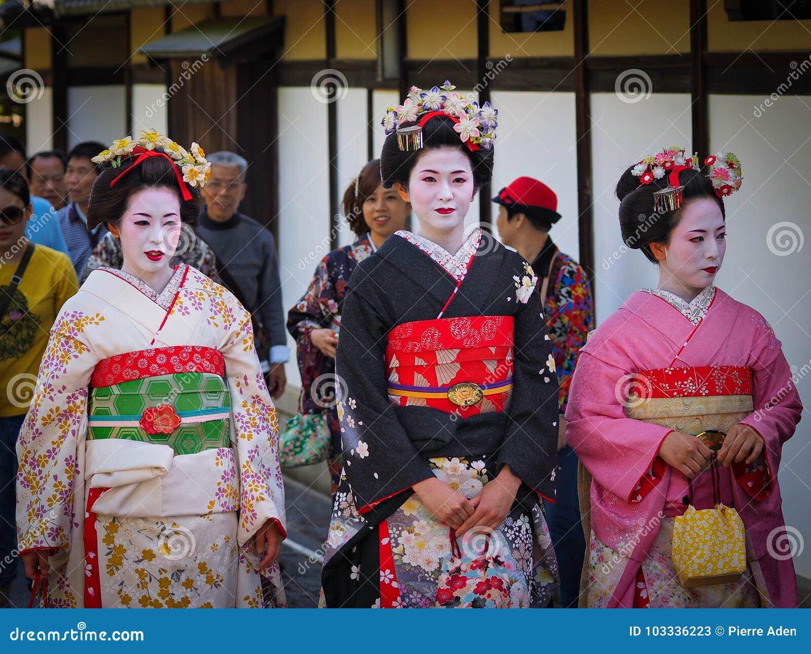 Kyoto, Japon - 10 mai : Les sourires de geisha à l appareil-photo dans le secteur célèbre de Gion Geisha peuvent dessus 10, 2014