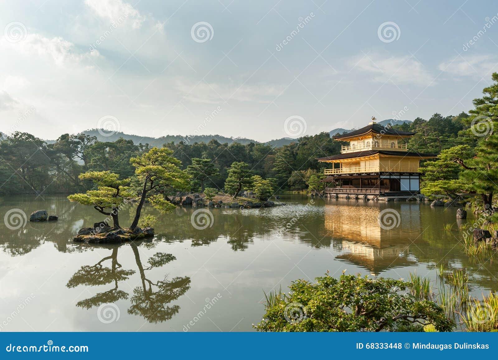 KYOTO, JAPON - 9 OCTOBRE 2015 : le temple de Kinkaku-JI du pavillon d or a officiellement appelé Rokuon-JI Le temple de jardin de