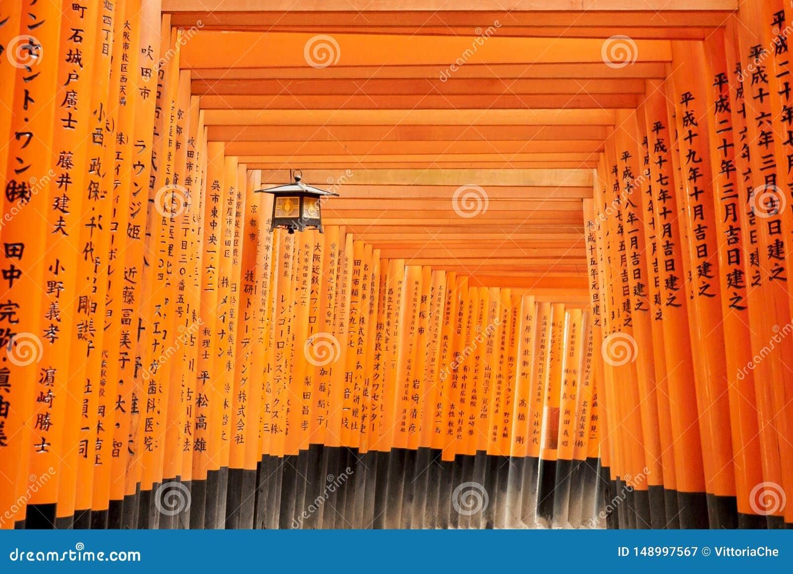 Kyoto Japonia, Grudzie?, - 27, 2009: Pomara?czowy drewniany torii tunel w Fushimi Inari Taisha ?wi?tyni Ja jest jeden s?awny miej