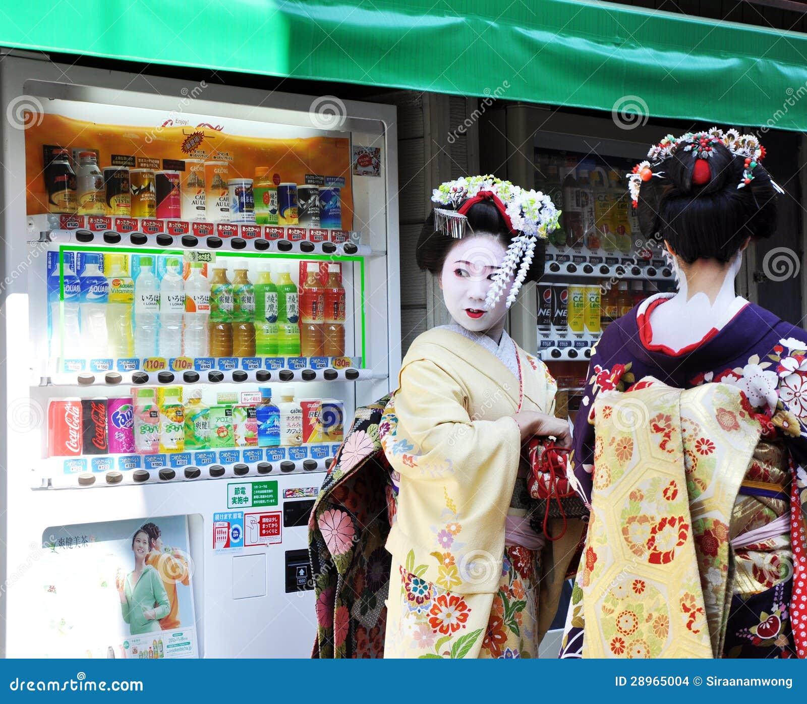 KYOTO JAPONIA, OCT, - 21 2012: Japońskie damy w tradycyjnej sukni